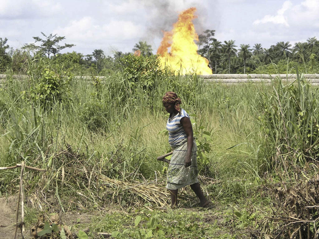 Woman tending her plot near Shell gas flare site, Rumuekpe, Nigeria, June 2004 ©Friends of the Earth
