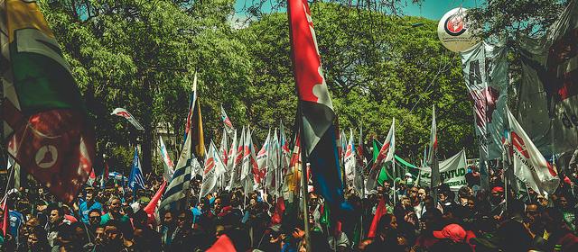 Miles de personas formaron parte de la marcha con la que inició el Encuentro de Montevideo