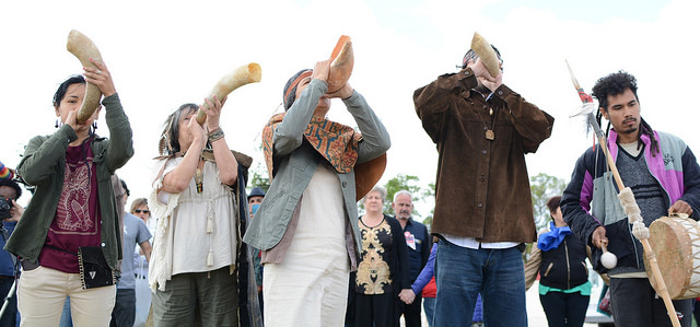 Representación indígena del pueblo charrúa realizando la mística el último día del Encuentro de Montevideo. Jornada Continental