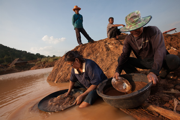Local communities panning for gold in Thailand. Photo credit: Roengrit Kongmuang