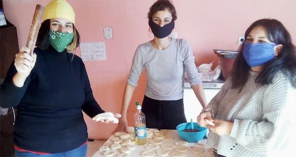 women-prepare-food-in-solidarity-during-covid19-pandemic-in-argentina